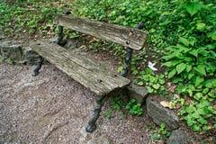 Ο παλαιός ξύλινος πάγκος, θέση για χαλαρώνει και περισυλλογή στοκ φωτογραφία με δικαίωμα ελεύθερης χρήσης