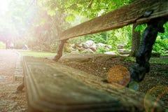 Ο παλαιός ξύλινος πάγκος, θέση για χαλαρώνει και περισυλλογή στοκ εικόνα