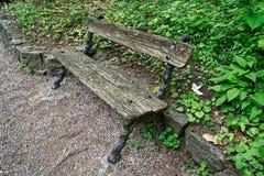 Ο παλαιός ξύλινος πάγκος, θέση για χαλαρώνει και περισυλλογή στοκ εικόνα με δικαίωμα ελεύθερης χρήσης