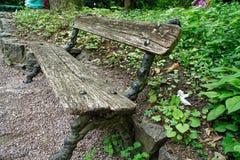 Ο παλαιός ξύλινος πάγκος, θέση για χαλαρώνει και περισυλλογή στοκ εικόνες