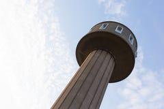 Ο παλαιός πύργος νερού από τη δεκαετία του '50 σύγκλινε σε ένα διαμέρισμα Στοκ Εικόνες