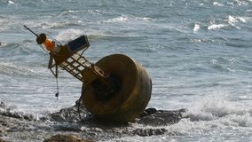 Ο παλαιός σκουριασμένος κίτρινος σημαντήρας βρίσκεται στην ακτή μιας δύσκολης παραλίας Ταϊλάνδη Pattaya Ασία απόθεμα βίντεο