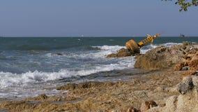Ο παλαιός σκουριασμένος κίτρινος σημαντήρας βρίσκεται στην ακτή μιας δύσκολης παραλίας Ταϊλάνδη Pattaya Ασία φιλμ μικρού μήκους
