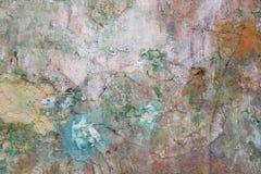 Ο παλαιός τοίχος είναι χρωματισμένος με ένα πολύχρωμο χρώμα που ακτινοβολείται, υπόβαθρο Στοκ Φωτογραφία