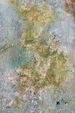 Ο παλαιός τοίχος είναι χρωματισμένος με ένα πολύχρωμο χρώμα που ακτινοβολείται, υπόβαθρο Στοκ εικόνα με δικαίωμα ελεύθερης χρήσης