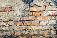 Ο παλαιός τοίχος του σπιτιού Κάτω από το χαλαρό εκτεθειμένο ασβεστοκονίαμα τουβλότοιχο Στοκ φωτογραφία με δικαίωμα ελεύθερης χρήσης