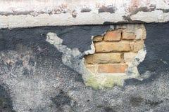Ο παλαιός τοίχος του σπιτιού Κάτω από το χαλαρό εκτεθειμένο ασβεστοκονίαμα τουβλότοιχο Στοκ εικόνα με δικαίωμα ελεύθερης χρήσης