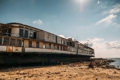 Ο παλαιός τρύγος που εγκαταλείφθηκε οξύδωσε το σκάφος που οργανώθηκε προσαραγμένο μετά από το ατύχημα ναυαγίου στην αρχή ΧΧ αιώνα στοκ φωτογραφία με δικαίωμα ελεύθερης χρήσης