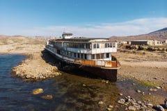 Ο παλαιός τρύγος που εγκαταλείφθηκε οξύδωσε το σκάφος που οργανώθηκε προσαραγμένο μετά από το ναυάγιο μακροπρόθεσμο πριν την παρα στοκ εικόνα