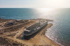 Ο παλαιός τρύγος που εγκαταλείφθηκε οξύδωσε το σκάφος που οργανώθηκε προσαραγμένο μετά από το ναυάγιο μακροπρόθεσμο πριν την παρα στοκ εικόνες