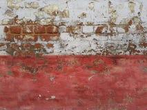 Ο παλαιός φωτεινός διακοσμητικός τοίχος πετρών: ένα άσπρο ανώτερο μέρος, τούβλινο είναι ορατό στις τρύπες ασβεστοκονιάματος, και  Στοκ Εικόνα