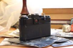 Ο παλαιός φωτογραφικός εξοπλισμός και η φωτογραφία στην ταινία είναι ακόμα μοντέρνοι στοκ φωτογραφίες