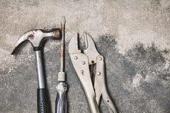 Ο παλαιός χάλυβας τα εργαλεία εργασίας, το σφυρί, το κατσαβίδι και το γαλλικό κλειδί στο υπόβαθρο τσιμέντου στοκ φωτογραφίες με δικαίωμα ελεύθερης χρήσης