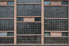 Ο παλαιός shabby τοίχος των φραγμών γυαλιού στοκ φωτογραφίες με δικαίωμα ελεύθερης χρήσης