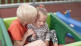 Ο παλαιότερος αδελφός φιλά ήπια τη νεώτερη αδελφή στο μάγουλο φιλμ μικρού μήκους