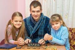 Ο παπάς παρουσιάζει στα παιδιά συλλογή νομισμάτων του Στοκ εικόνες με δικαίωμα ελεύθερης χρήσης