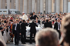 Ο παπάς Francis Ι ευλογεί τον πιστό Στοκ φωτογραφία με δικαίωμα ελεύθερης χρήσης