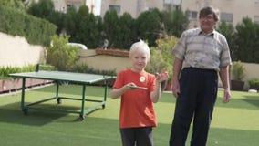 Ο παππούς διδάσκει για να παιχτεί ο εγγονός στην επιτραπέζια αντισφαί φιλμ μικρού μήκους