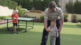 Ο παππούς διδάσκει τα εγγόνια για να παίξει την επιτραπέζια αντισφαίρ απόθεμα βίντεο
