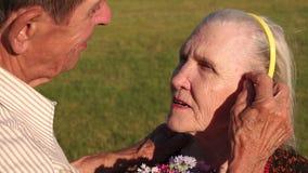 Ο παππούς πτυχώνει την τρίχα πίσω από το αυτί συζύγων του ` s απόθεμα βίντεο