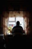 Ο παππούς φαίνεται έξω παράθυρο Στοκ Φωτογραφίες