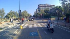 Ο παράκτιος δρόμος πολυάσχολος με τα αυτοκίνητα και τα μηχανικά δίκυκλα φιλμ μικρού μήκους