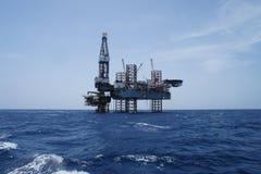 Ο παράκτιος Jack επάνω στην εγκατάσταση γεώτρησης γεώτρησης πετρελαίου Στοκ Εικόνα