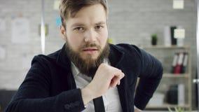 Ο παραγωγικός επιχειρηματίας που κλίνει την πίσω εργασία γραφείων λήξης για το lap-top, αποτελεσματικός διευθυντής ικανοποίησε με απόθεμα βίντεο