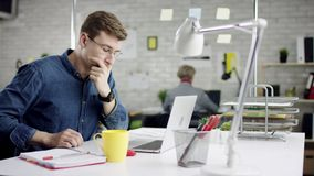 Ο παραγωγικός συγκεντρωμένος επιχειρηματίας που κλίνει την πίσω εργασία γραφείων λήξης για το lap-top, αποτελεσματικός διευθυντής απόθεμα βίντεο