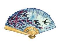 Ο παραδοσιακός ασιατικός ανεμιστήρας με το άνθος και το πέταγμα κερασιών καταπίνει στο υπόβαθρο μπλε ουρανού, χρωματισμένη η χέρι απεικόνιση αποθεμάτων