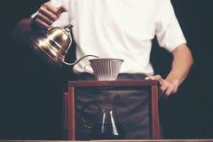 Ο παρασκευάζοντας σταλαγματιάς, φιλτραρισμένος καφές, ή είναι χύνω-πέρα μια μέθοδος που μέσα στοκ εικόνα
