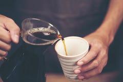 Ο παρασκευάζοντας σταλαγματιάς, φιλτραρισμένος καφές, ή είναι χύνω-πέρα μια μέθοδος που μέσα στοκ εικόνες με δικαίωμα ελεύθερης χρήσης