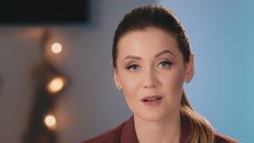 Ο παρουσιαστής TV ή blogger με μια επαγγελματική σύνθεση λέει τις πληροφορίες εξετάζοντας τη κάμερα Επιχείρηση Makeup απόθεμα βίντεο