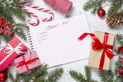 Ο παρών κατάλογος δώρων και παρουσιάζει για τους συγγενείς και φίλους για στοκ εικόνες