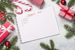 Ο παρών κατάλογος δώρων και παρουσιάζει για τους συγγενείς και φίλους για στοκ φωτογραφίες