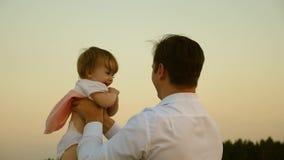 Ο πατέρας έριξε το παιδί υψηλό Ο μπαμπάς ρίχνει επάνω στην κόρη του στον ουρανό ευτυχές παιδί παιδικής ηλικίας με τους γονείς Η έ απόθεμα βίντεο