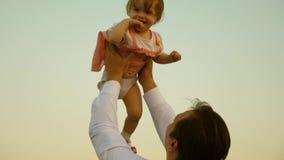 Ο πατέρας έριξε το παιδί υψηλό Ο μπαμπάς ρίχνει επάνω στην κόρη του στον ουρανό ευτυχές παιδί παιδικής ηλικίας με τους γονείς Η έ φιλμ μικρού μήκους