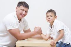 Ο πατέρας έχει τα αστεία πρωταθλήματα Armwrestling Στοκ Εικόνες