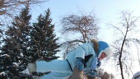 Ο πατέρας ανέθρεψε το παιδί του και τη στροφή γύρω απόθεμα βίντεο