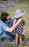 Ο πατέρας βάζει το καπέλο για την κόρη Στοκ εικόνα με δικαίωμα ελεύθερης χρήσης