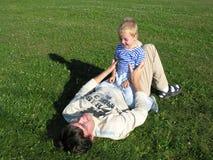 ο πατέρας βρίσκεται γιος Στοκ Φωτογραφίες