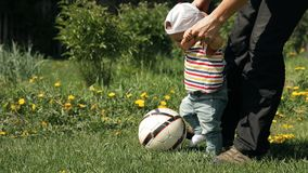 Ο πατέρας διδάσκει το γιο του για να παίξει το ποδόσφαιρο φιλμ μικρού μήκους