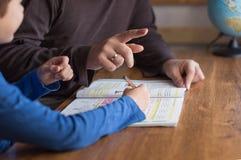 Ο πατέρας εξηγεί τα μαθηματικά σε λίγο γιο μαθητών στοκ φωτογραφία με δικαίωμα ελεύθερης χρήσης