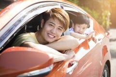 Ο πατέρας και ο γιος απολαμβάνουν το οδικό ταξίδι Στοκ φωτογραφία με δικαίωμα ελεύθερης χρήσης