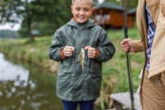 Ο πατέρας και ο γιος επίασαν λίγο ψάρι Στοκ Φωτογραφία
