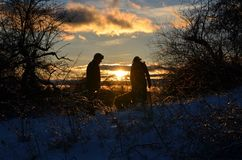 Ο πατέρας και η κόρη παίρνουν έναν περίπατο στο Νιού Χάμσαιρ το Δεκέμβριο στο NH Στοκ Εικόνες