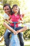 Ο πατέρας και η κόρη που οδηγούν βλέπουν το πριόνι στοκ φωτογραφία