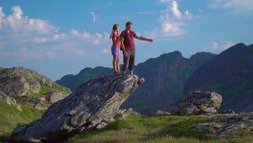 Ο πατέρας και η κόρη ταξιδεύουν στα βουνά φιλμ μικρού μήκους