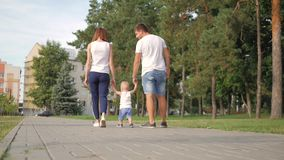 Ο πατέρας και η μητέρα με την εκμετάλλευση γιων παραδίδουν το πάρκο περίπατος οικογενεια&kap απόθεμα βίντεο