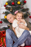 Ο πατέρας και η μικρή κόρη κάτω από ένα νέο δέντρο έτους Στοκ Εικόνα